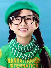 花苞头+双发辫 林妙可示范小女孩发型绑扎方法[5P]