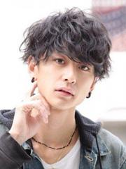 男生自然黑烫发发型图片[3P]