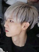 男生银白色头发怎么染 张贤胜个性银色头发图片[9P]