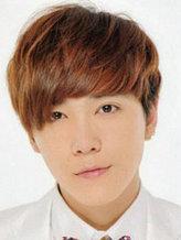 正在流行的韩国男生烫发发型图片[9P]