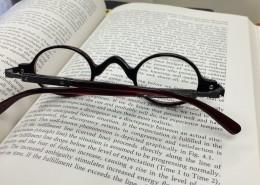 摆在书本上的眼镜图片_11张