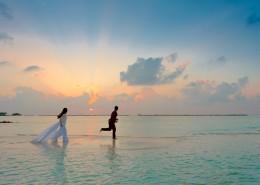 海边的情侣图片_11张