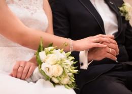 带着结婚戒指的手图片_10张