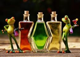 青蛙玩具与鸡尾酒放在一起图片_10张