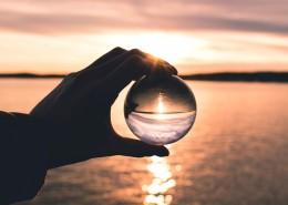 手拿透明玻璃球的图片_11张
