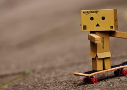 滑板上的纸箱人图片_8张