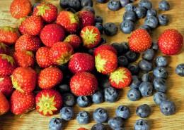 放在一起的草莓和蓝莓图片_16张