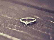 木板上的一枚戒指 清新典雅背景图片