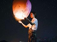 唯美许愿灯缓缓飘向浪漫星空