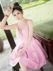 粉红连衣美胸高贵少女
