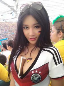中国乳神樊玲巴西助阵世界杯盘点那些美女球迷上演胸夹手机