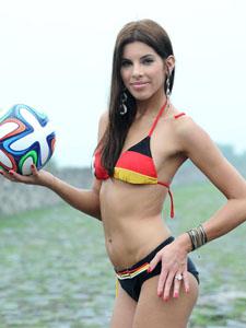 旅游大使变身宝贝拍写真力挺世界杯