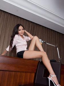 紧身小短裙美女腿模Tina