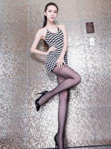 美腿皇后Stephy格子短裙尽显美腿风姿