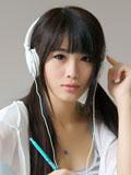 静静聆听音乐的女孩清纯美图