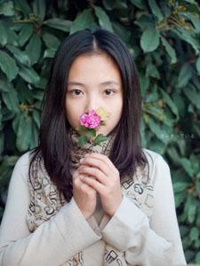 活泼可爱的清纯美女秋天外拍图片