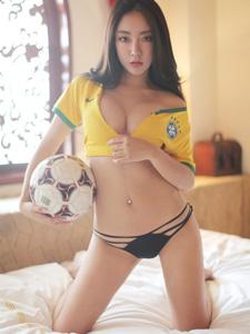 成都足球宝贝陈嘉歆助阵世界杯
