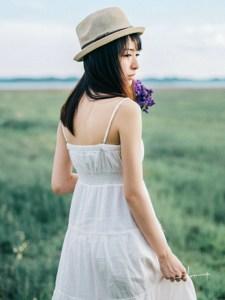 草原上的少女清新出游