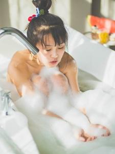 丸子头可爱女生泡泡浴
