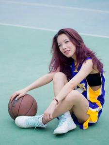 篮球美眉活力活泼十足