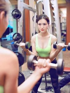 健身房里的运动妹子马甲线身材