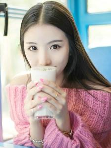 穿着粉色毛衣的甜美少女与你度过温馨情人节