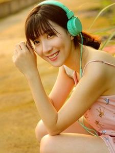 笑容甜美音乐少女清新可爱