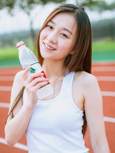 清纯长发美女热裤校园操场运动写真