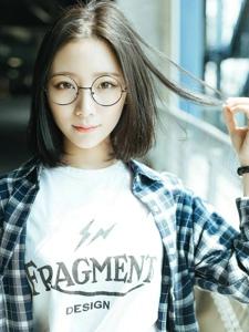眼镜悠闲中分短发美女清新户外写真
