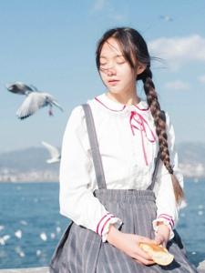纯真妹子海边与海鸥的相遇青春可人