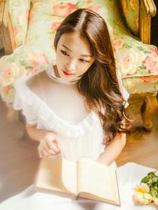 温柔白裙长脸少女安逸生活甜美笑容