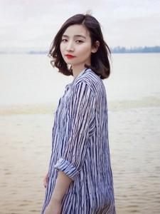 气质美女海边衬衫红唇自由随性写真