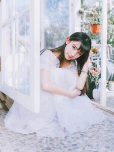 齐刘海白纱裙姑娘花房内清新怡人写真