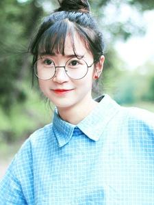 可爱丸子头眼镜妹子铁轨上甜美写真