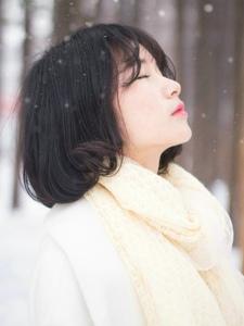雪地纯白世界内的短发妹子清新唯美写真