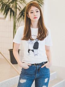 清纯白皙的邻家牛仔裤美女阳光时尚气质逼人