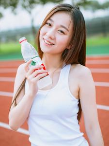 清纯长发运动少女热裤校园操场写真
