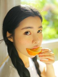 甜美橙子少女室内清凉写真