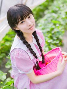 甜美草莓女孩大棚写真俏皮可爱