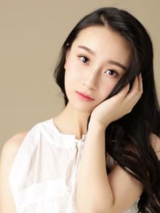 陈梦希悠然自得白裙甜美写真