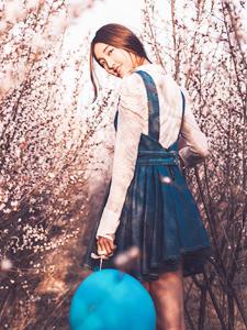 可爱气球少女花丛意境写真浪漫清新