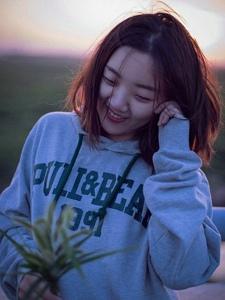 元气少女夕阳下休闲可爱笑容灿烂
