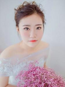 蕾丝婚纱气质优雅美女粉嫩养眼写真