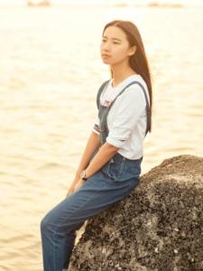 清新氧气少女背带裤海边夕阳温暖