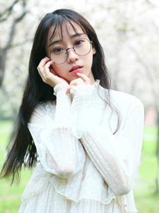 可爱眼镜少女甜美绿茵草地浪漫写真