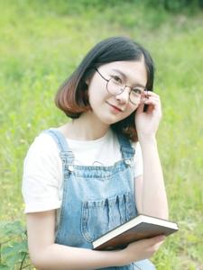 短发眼镜可爱妹子背带裤清新写真