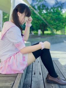双马尾制服女孩公然在大街上把黑丝袜脱了换上白丝袜