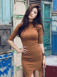 率性模特褐色紧身连衣裙秀完美好身材