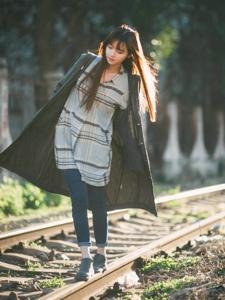 铁轨上的美丽少女逆光下唯美意境