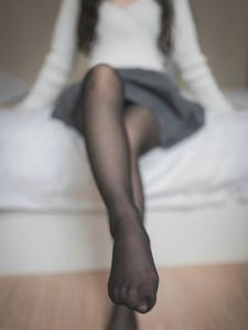 纯美少女演绎白丝与黑丝的完美结合